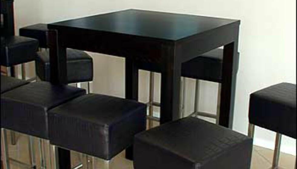 Designmøbler og moderne kunst på veggene.