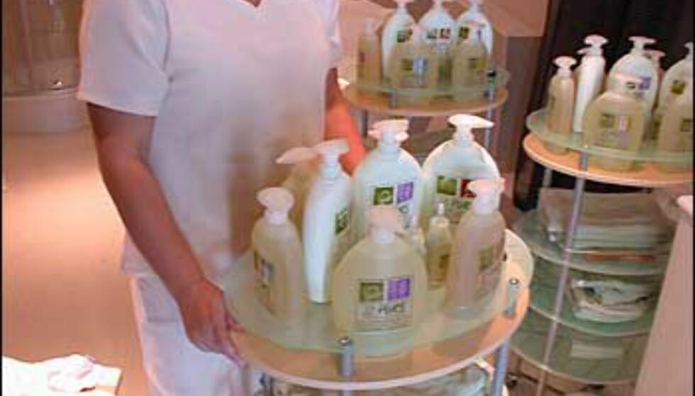 Fagansvarlig for spa, Mette-Lill Eliassen, demonstrerer noen av produktene kunder kan nyte godt av.