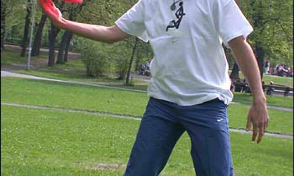 Tom demonstrerer hvordan man spinner en frisbee.