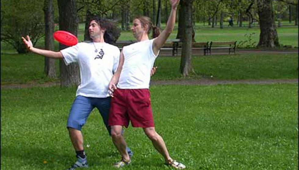 Tom Leitner (venstre) og Sune Wentzel (høyre) demonstrerer frisbee for to.