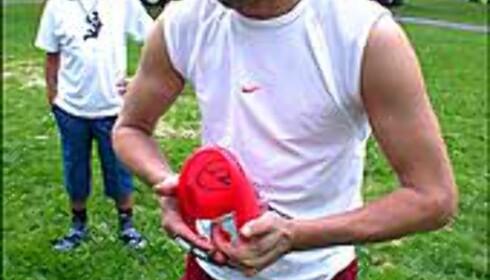 Sune Wentzel demonstrerer kvalitetstest av frisbee: Den skal kunne bøyes, men må komme tilbake i fasong etter bøying.
