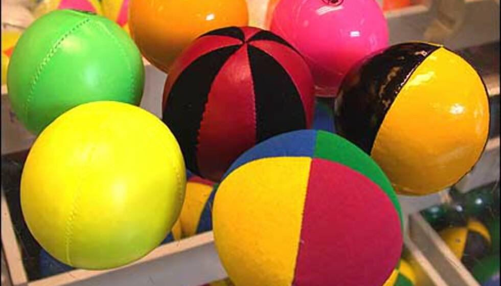 Velurballer er fastere i fisken (firefarget, 79,50 pr stk), vinylkledte blanke baller er vanntette (ensfargede, 69 pr stk.), velur+kunststoff i to farger (75 pr stk.), diverse enklere proffballer ensfarget (49,50 pr stk.). Alt fra Festmagasinet Standard. Kvalitet henger sammen med tyngde, fasthet og det avgjøres av innhold, mengde innhold og stofftype. Husk også å tilpasse størrelsen etter hvem som skal bruke ballene.