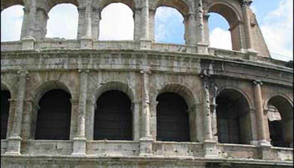 Byens mest imponerende monument, Colosseum. Bygget ble påbegynt rundt 70 e.Kr. av keiser Vespasian. Colosseum kan ha rommet mellom 50.000 og 73.000 tilskuere.