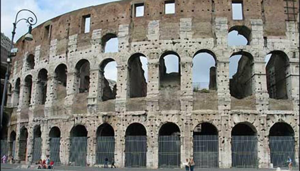 Hullene du ser på Colosseum holdt over 300 tonn med jernklammer som ble brukt til å binde steinblokkene sammen.