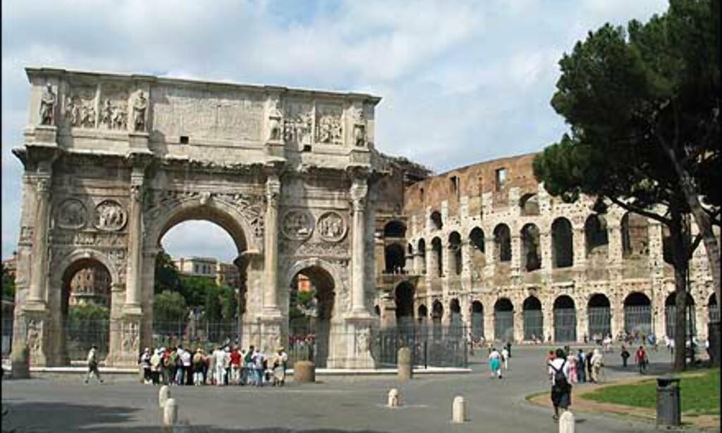 Arco di Costantino domineres av sin mer berømte nabo. Triumfbuen ble reist for å minnes Konstantins seier over Maxentius etter et slag ved Milvian bro nord for Roma. Den er for en stor del bygget av materialer som er tatt fra andre bygninger.
