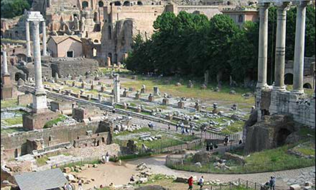 Basilica Giulia som du ser rester av her, ble påbegynt av den berømte Julius Cæsar i 54 f.Kr.