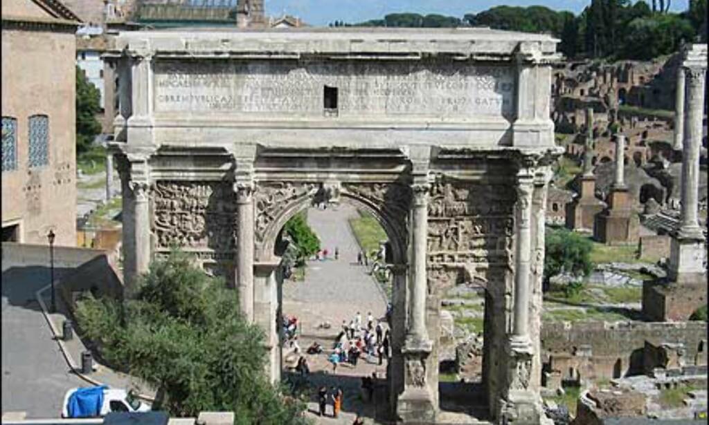 Inne på Forum ligger to store triumfbuer. Denne, Arco di Settimio Severo ble oppført i 203 for å markere ti års styre under Keiser Septimus Severus. Den andre triumfbuen heter Arco di Tito, og er Romas eldste fra 81 e.Kr.