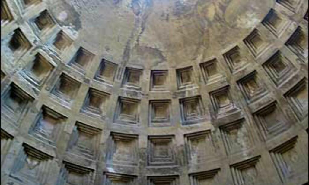 Pantheon ble bygget av keiser Hadrian mellom 118 og 125. Kuppelen er et stort ingeniørverk som er bygget av gradvis tynnere og letter materialer ettersom du nærmer deg toppen. Hullet er ni meter i diameter, og danner en dramatisk lyskilde inn i Pantheon. Selve kuppelen måler 44,4 meter i diameter; det gjør den større enn kuppelen på Peterskirken.