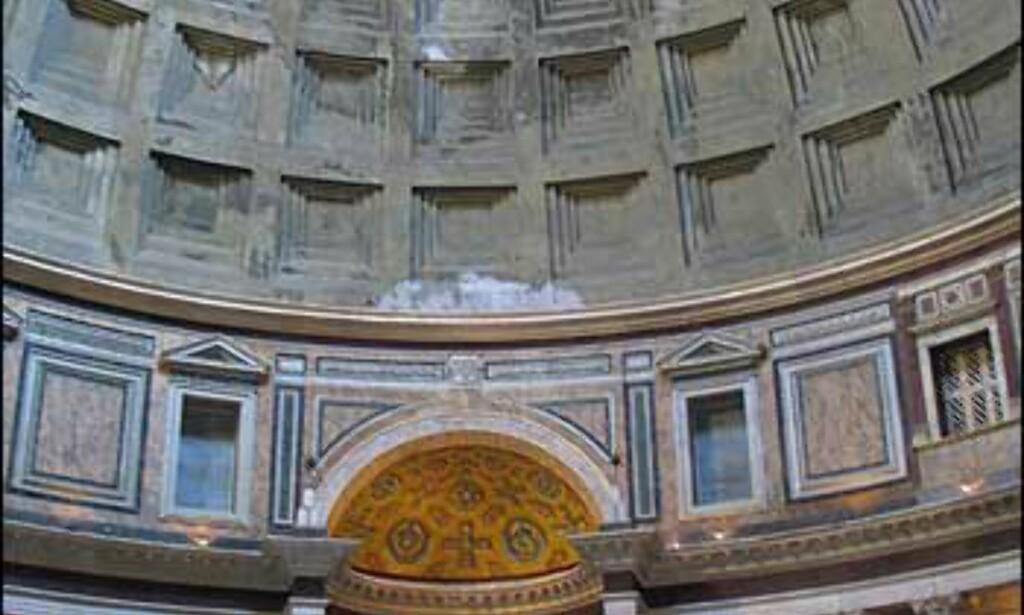 Interiøret i Pantheon dekkes av kuppelen som har såkalt kassett-tak. Vegger og gulv er kledt med marmor. Lite av marmorkledningen på veggene er original, men den skal stemme ganske godt med Hadrians opprinnelige plan. Gulvet derimot er i store trekk originalt.