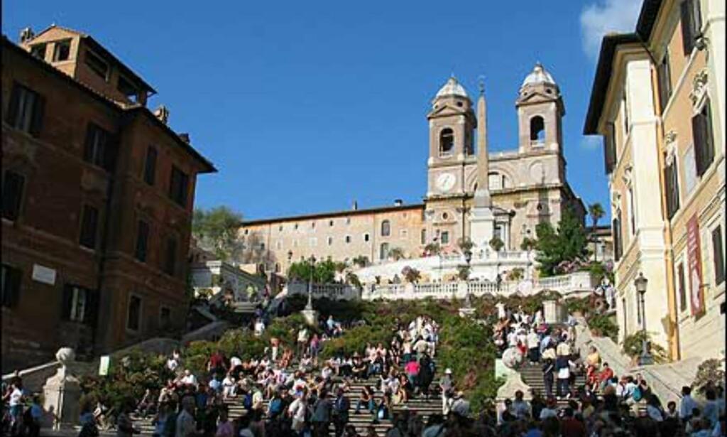 Piazza di Spagas mest berømte severdighet og møtested er spansketrappen, eller Scalinata della Trinità dei Monti. Dette er et dobbelt trappeløp som går fra kirken Trinià dei Monti, og ble bygget mellom 1723 og 1726.