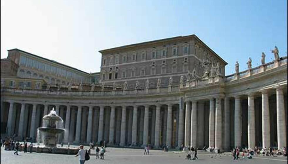 Kolonnadene som brer seg ut på hver side av plassen og kirken, består av fire parallelle søylerekker på tilsammen 284 søyler. På toppen står det statuer av 140 helgener.