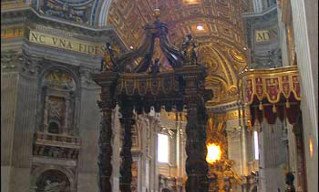 Inne i Peterskirken er det strenge regler for påkledning. Unngå shorts, korte skjørt, utringede topper og nakne skuldre.