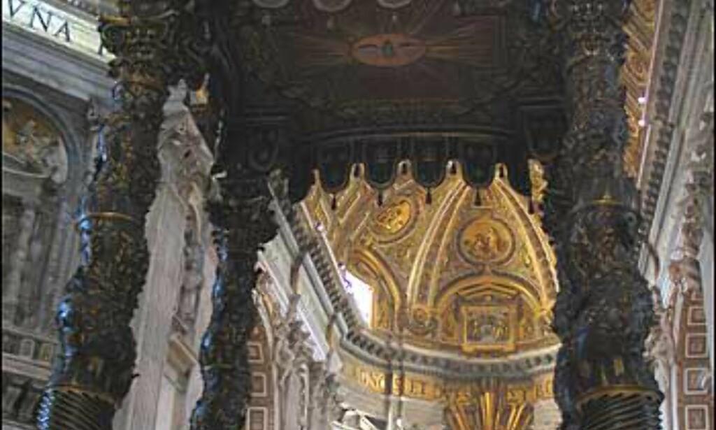Det mest iøyenfallende objektet inne i kirken er Berninis baldakin, eller alterhimling. Den ble laget mellom 1624 og 1633 av bronse fra taket på Pantheon.