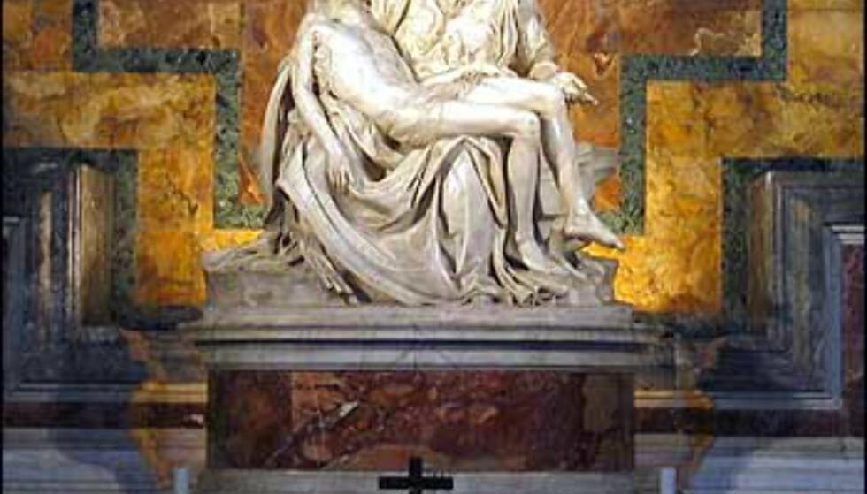 Det viktigste kunstverket i Peterskirken er Pietà av Michelangelo fra 1498-99. Dette er den store kunstnerens eneste signerte verk, og han laget det da han var bare 23 år gammel. Den står beskyttet bak glass etter at vandaler prøvde å ødelegge den i 1972. Statuen viser den døde Kristus i armene på Maria.