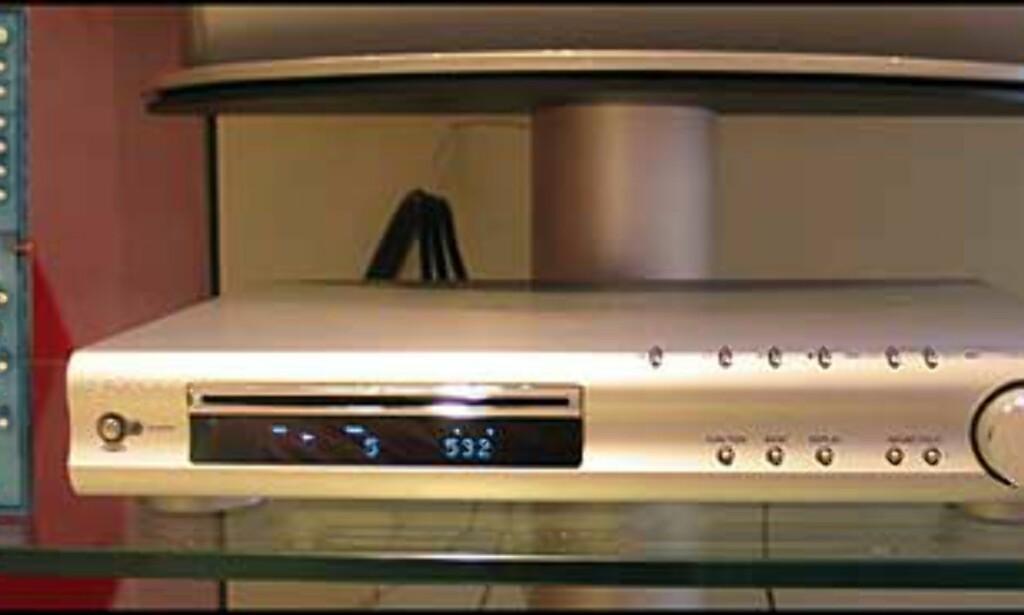 Recieveren & DVD-spilleren med den medfølgende fjernkontrollen
