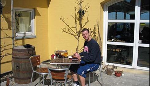 "På ""Restaurant Smeden"" på havnen spiser man bra i gårdhagen - på en solrik aprildag."