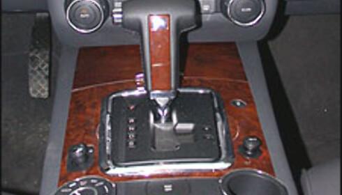 AUTOMAT: Automatkasser er dyre i innkjøp og dyre i drift. Til gjengjeld leverer automatgirkasser svært høy komfort. Bildet er hentet fra en av våre Volkswagen Touareg-tester.