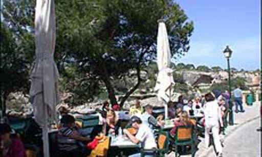 Mat og drikke for badehelter i Cala Figuera.