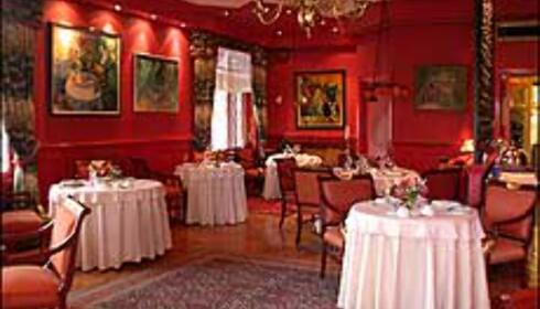 Fargesterk romantikk i restaurantens røde rom.
