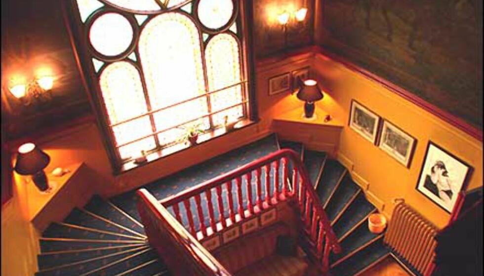 I trappehallen er både vegger og tak dekorerte fra gammelt av, mens et høyt mosaikkvindu siler lys inn.