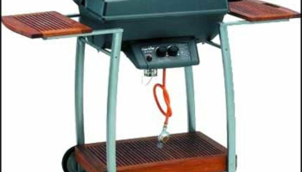 3.498.- hos Elkjøp for denne Chair-broil gassgrillen.  I aluminium med varmerist for å holde maten varm. Termometer i lokket. Med flammebeskytter som hindrer flammer i å nå opp til maten, beskytter brenneren og sprer varmen bedre. Enkel montering.