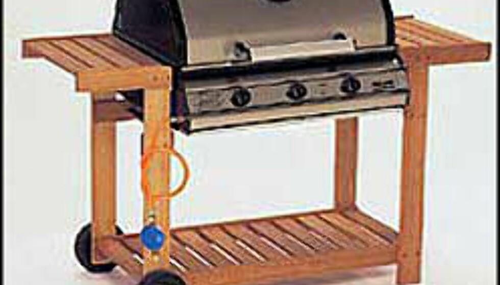 Spar 1000 kroner på denne Landmann modellen ved handle i rett butikk!  2.998.- hos Bohus. og 3.990.- hos Plantasjen-   3-brennere i støpjern, grillmål 65x50 cm. Rustfritt lokk, varmerist, grillrist og stekeplate i støpejern, integrert piezotenner, fettoppsamling skuff, temperaturmåler. Trevogn i furu honninglasert inkl. slange og regulator.