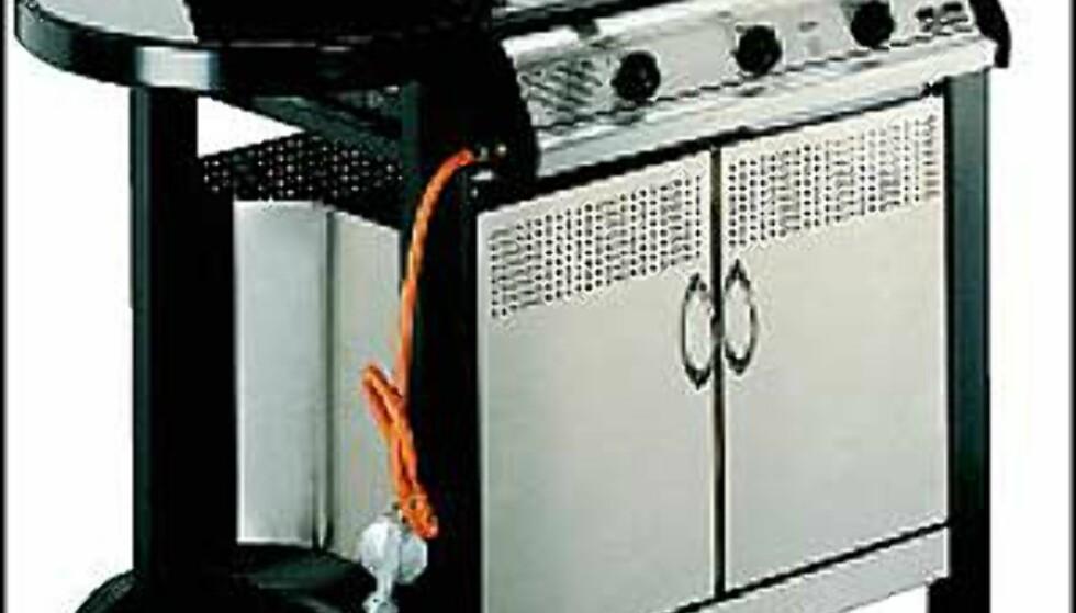 4.990.- for denne Landmann-modellen (LAN 32337) hos Elkjøp.  I rustfritt stål, med 3 brennere. Utbyttbare grillrister i støpejern. Med termometer, sidebord i glass og skap til oppbevaring av grillutstyr.