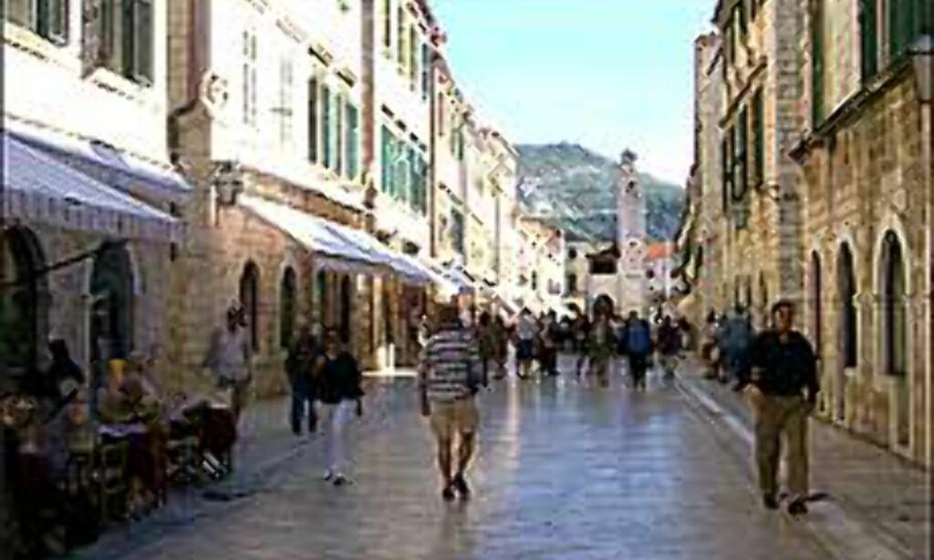 I 1000 ÅR: I gamlebyen i Dubrovnik har folk trasket i 1000 år, og heldigvis gikk ikke den unike hovedgata og resten av byen til grunne da krigen raste. <I>Foto: Arnt Ove og Roar A. Fordal</I> Foto: Arnt Ove og Roar A. Fordal