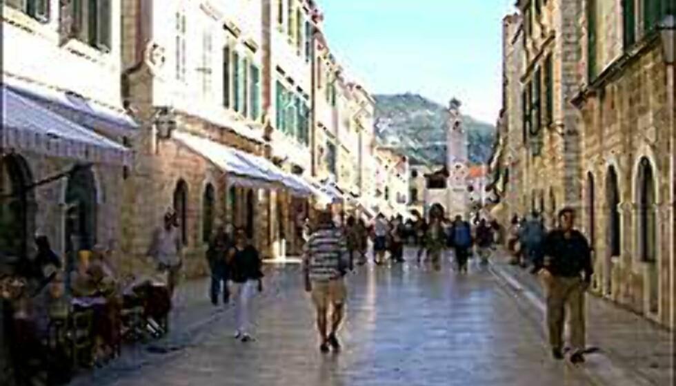 I 1000 ÅR: I gamlebyen i Dubrovnik har folk trasket i 1000 år, og heldigvis gikk ikke den unike hovedgata og resten av byen til grunne da krigen raste. Foto: Arnt Ove og Roar A. Fordal Foto: Arnt Ove og Roar A. Fordal