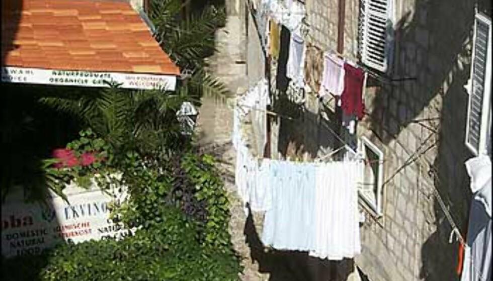 DAGLIGLIV: Restaurantbordene venter mens klærne tørker i gamlebyen i Dubrovnik. Foto: Arnt Ove og Roar A. Fordal