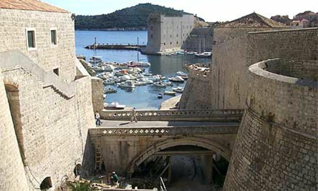 LUN HAVN: Gamlebyen er et utrolig flott byggverk ved Adriaterhavet, og mange på båtferie søker inn til den lune havna mellom forferdrenes gamle by med omkring 3.500 fastboende. Foto: Arnt Ove og Roar A. Fordal