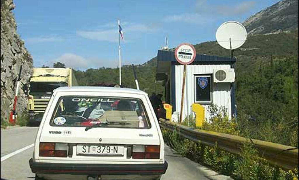 SELVSTENDIGHET: Etter krigen markeres selvstendigheten med kontrollposter med flagget til topps. Her på grensen mellom Montenegro og Kroatia sør for Dubrovnik. Foto: Arnt Ove og Roar A. Fordal