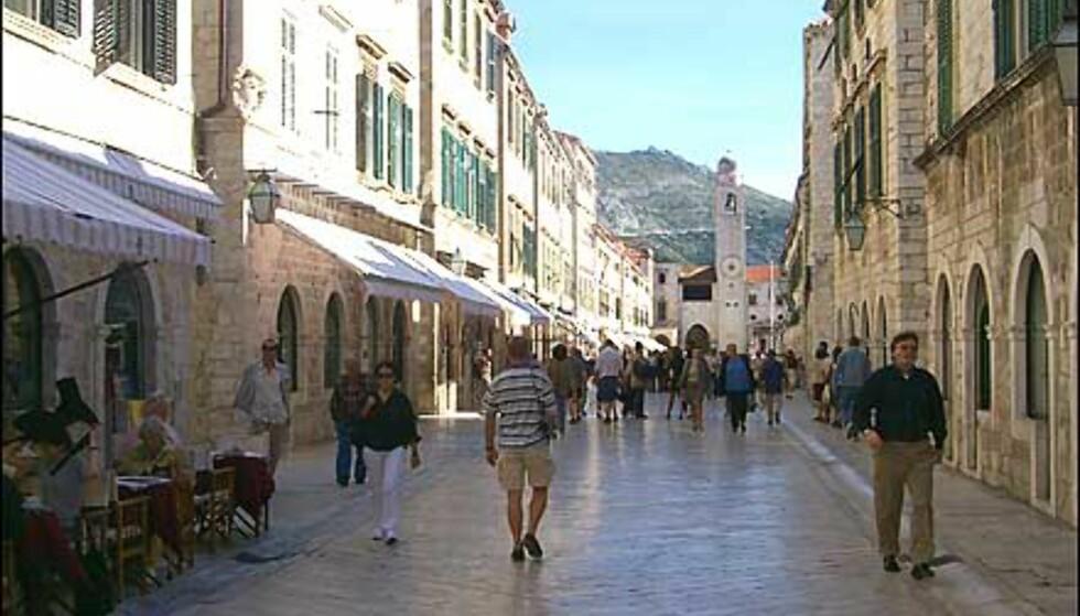 I 1000 ÅR: I gamlebyen i Dubrovnik har folk trasket i 1000 år, og heldigvis gikk ikke den unike hovedgata og resten av byen til grunne da krigen raste. Foto: Arnt Ove og Roar A. Fordal