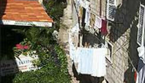 DAGLIGLIV: Restaurantbordene venter mens klærne tørker i gamlebyen i Dubrovnik. Foto: Arnt Ove og Roar A. Fordal Foto: Arnt Ove og Roar A. Fordal