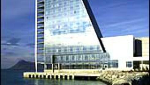 Seilet i Molde (over) er tydelig inspirert av Burj Al Arab i Dubai (under). Foto: Rica hotel seilet