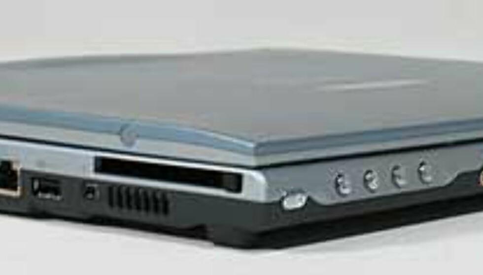 Det er en tynn og kompakt PC, ingen tvil om det. Litt tynnere i fronten enn bak. Legg merke til de uvanlige plasseringene av tilkoblingspunkter.