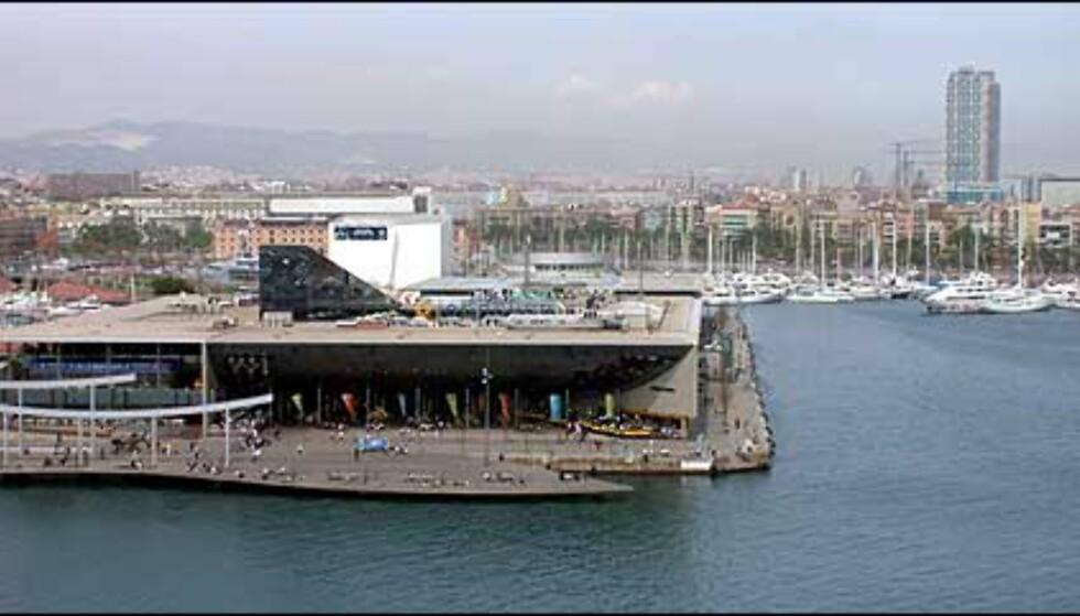 I havneområdet ligger også det populære akvariet i Barcelona som visstnok er et av de største i Europa. I det fjerne ser vi det berømte og karakteristiske Hotel Arts.