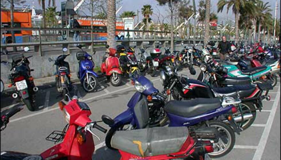 Skuter er et viktig fremkomstmiddel i Barcelona, en by med heftig trafikk døgnet rundt. Her er det parkering på egne, oppmerkede skuterplasser.
