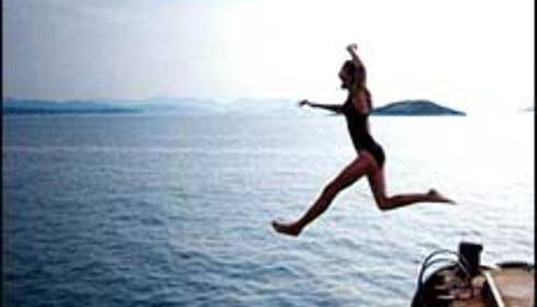 Hopp i det - selv om Middelhavet er kaldt nå, er landtemperaturen god. Foto: Lene Finnestad Foto: Lene Finnestad
