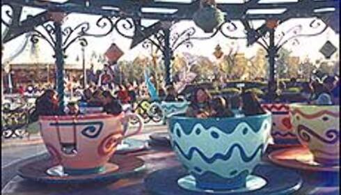 Tekopper fra Skjønnheten og Udyret utgjør en karusell. <I>Foto: Stine Okkelmo</I> Foto: Stine Okkelmo