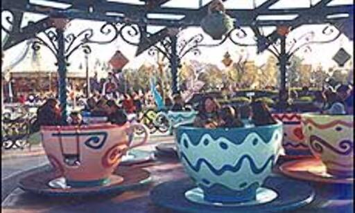 Tekopper fra Skjønnheten og Udyret utgjør en karusell. Foto: Stine Okkelmo Foto: Stine Okkelmo