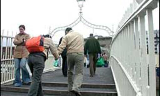 Tusenvis krysser Ha'penny Bridge hver dag.