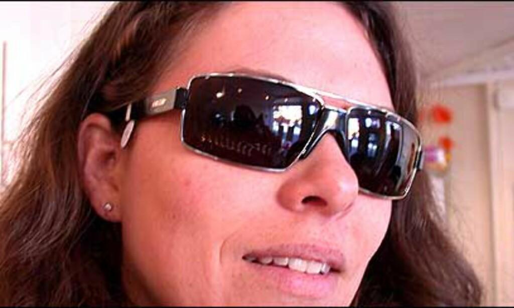 Optiker Hildegunn Bondevik prøver nye, mørke briller fra Gucci.  Butikk: Elton Optikk