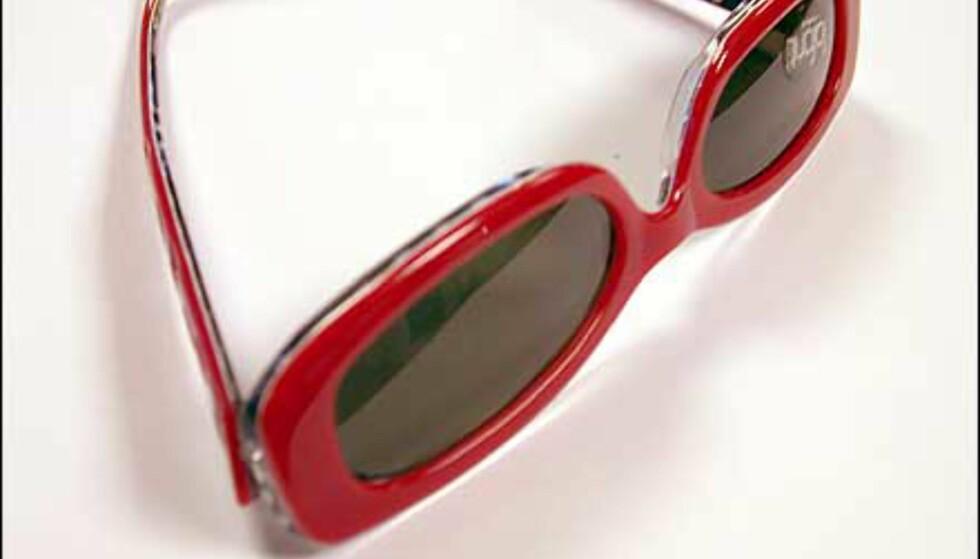 Spreke jentebriller med rød utside, og hvite prikker på sort innside. Mindre enn mange andre, og en definitivt vinner til det riktige antrekket. Judy fra LaFont.  Butikk: Interoptik, Vika Torvet