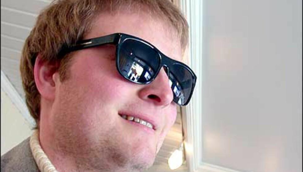 Jan Erik i Black Tie. En egen serie fra Dior, med mørke briller som kan minne mye om gode, gamle Blues Brothers. For gutta.  Butikk: Elton Optikk