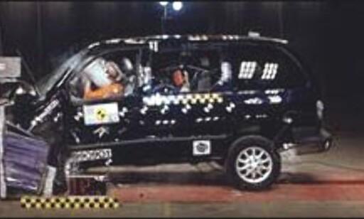 IKKE GODT Å VITE: Svake 2 stjerner hos Euro NCAP og toppscore hos Folksam. Hvofor? En av årsakene er å finne i bilens vekt. Hos Euro NCAP kjøres bilene inn i en vegg, og kolliderer dermed med sin egen vekt. Ute på veien får Chrysler Voyager fordel av sin tunge vekt, fordi den som regel er tyngre enn bilene den krasjer med. Bra for Voyager-passasjerene, ikke like bra for passasjerene i den andre bilen.