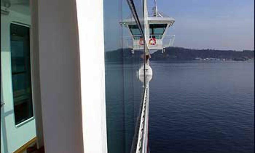 Broen stikker ut over skipets sider.