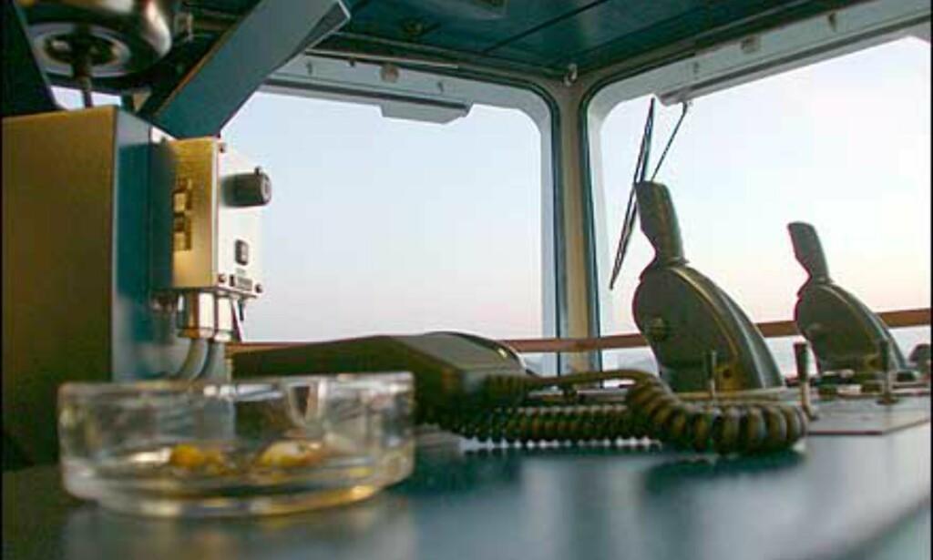 La det ikke være tvil - det er ekte sjøfolk som jobber på hurtigruta. Merk askebegeret med sigarettsneiper på broen ...