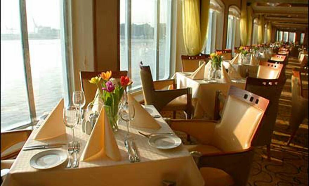Friske blomster på alle bord i restauranten på visningsdagene i Oslo.
