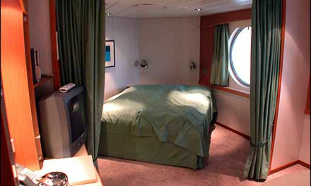 Minisuite med liten salong og dobbeltseng som kan gjemmes bak gardinene.